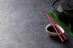 Groene thee en sushieetstokjes royalty-vrije stock foto's