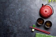 Groene thee en sushieetstokjes Japanse maaltijdreeks stock foto