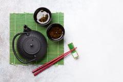 Groene thee en sushieetstokjes Japanse maaltijdreeks stock afbeeldingen