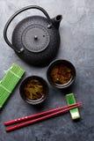 Groene thee en sushieetstokjes Japanse maaltijdreeks stock afbeelding