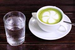 Groene thee Latte met koud water Royalty-vrije Stock Foto's