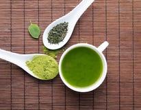 Groene thee op de bruine mat Stock Afbeelding
