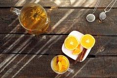 Groene thee Tot bloei komende groene thee met sinaasappel, een glas van hete aromatische drank stock fotografie