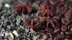 Groene theebladen en van koffiebonen anijsplant en van de stokkenkaneel dichte omhooggaande omwenteling stock video