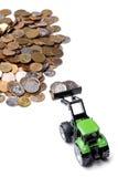 Groene tractor die omhoog muntstukken harkt stock foto's