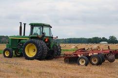 Groene Tractor op Gebied Royalty-vrije Stock Afbeelding