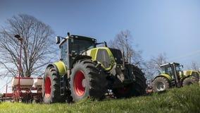 Groene tractoren op het gebied met een blauwe hemel Royalty-vrije Stock Fotografie