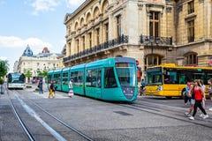 Groene tram en bussen in Reims van de binnenstad stock foto's