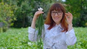 Groene uien in de handen De vrouw kiest gezond voedsel stock footage