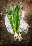 Groene uienbos op donkere rustieke houten achtergrond Royalty-vrije Stock Fotografie