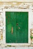 Groene uitstekende houten deur royalty-vrije stock afbeeldingen