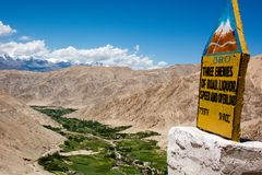 Groene Vallei in dorre Ladakh met een mijlpaal Stock Fotografie