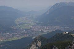 Groene valleien en hoge pieken stock afbeeldingen