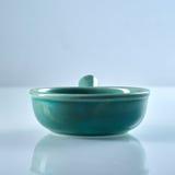 Groene verglaasde ceramische ramekin met handvat Stock Foto