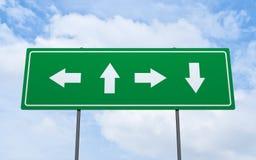 Groene verkeersteken bij hemel de achtergrondrichting royalty-vrije stock afbeelding