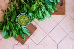 Groene vers gemaakt smoothie met spinaziebladeren royalty-vrije stock foto