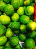 Groene verse kalk in een mand bij de markt royalty-vrije stock foto's