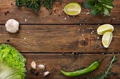 Groene voedselachtergrond, rustiek hout met copyspace Stock Foto