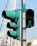 Groene voetgangersoversteekplaatslichten en verkeerslichten, stock afbeeldingen