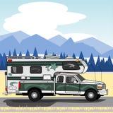 Groene vrachtwagen met kampeerauto Stock Afbeeldingen
