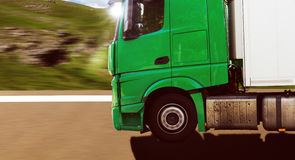 Groene vrachtwagen op bergweg Stock Afbeelding