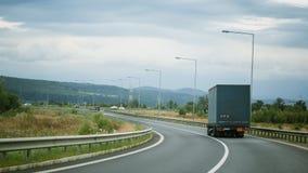 Groene vrachtwagen op de weg Royalty-vrije Stock Afbeelding