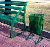 Groene Vuilnisbak en Bank Stock Afbeeldingen