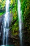 Groene waterval in de klip Stock Afbeelding
