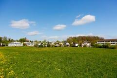 Groene weide en woonhuizen Stock Afbeeldingen
