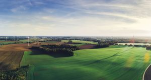 Groene weiden met windmolens in Polen stock foto's