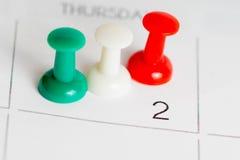 Groene witte rode spelden op kalendernet Royalty-vrije Stock Fotografie