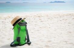Groene zak op wit strand Stock Afbeeldingen