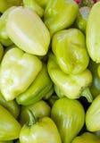 Groene zoete groene paprika's natuurlijke achtergrond Stock Afbeeldingen
