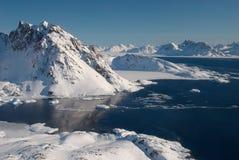 Groenlandia, masa de hielo flotante de hielo y montañas Imagen de archivo