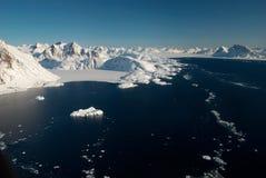 Groenlandia, masa de hielo flotante de hielo y montañas Imagen de archivo libre de regalías