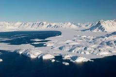 Groenlandia, masa de hielo flotante de hielo y montañas Fotografía de archivo libre de regalías