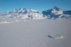 Groenlandia, montañas y masa de hielo flotante de hielo Fotos de archivo