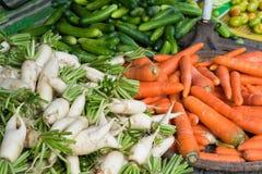 Groente bij Lange het fruitmarkt van Vinh wordt getoond, Mekong delta die De meerderheid van de vruchten van Vietnam ` s komt uit stock foto