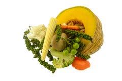 Groente die met peper, paddestoel, graan, wortel, bloemkool wordt geplaatst, Stock Fotografie