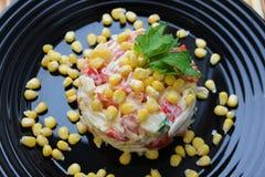 Groente en maïssalade met mayonaise wordt gekruid die stock foto