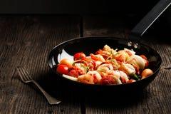 Groente en vlees op houten vleespennen op plaat Stock Foto's