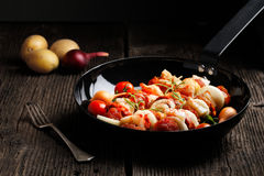 Groente en vlees op houten vleespennen op plaat Stock Foto