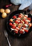 Groente en vlees op houten vleespennen op plaat Royalty-vrije Stock Afbeelding