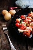 Groente en vlees op houten vleespennen op plaat Royalty-vrije Stock Foto