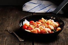 Groente en vlees op houten vleespennen op plaat Royalty-vrije Stock Foto's