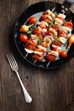 Groente en vlees op houten vleespennen op plaat Royalty-vrije Stock Fotografie