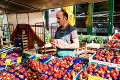 Groentehandelaar bij de oude Vissenmarkt door de haven in Hamburg, Duitsland Stock Fotografie