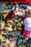 Groentehandelaar bij de oude Vissenmarkt door de haven in Hamburg, Duitsland Stock Foto's