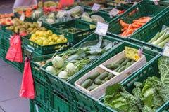 Groentehandelaar op een markt stock fotografie