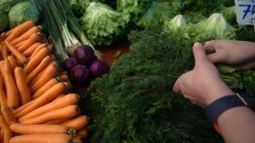 Groenten in bazaar stock videobeelden